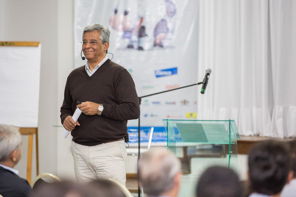 José Luiz Ferreira (Sócio da Vitadenarium) em palestra para a Danone com 300 produtores de leite
